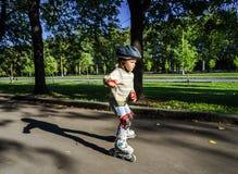Bambina sveglia che impara pattinaggio a rotelle Fotografia Stock Libera da Diritti
