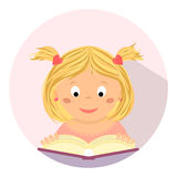 Bambina sveglia che legge un libro Istruzione, studio, scuola, bambino Fotografia Stock Libera da Diritti