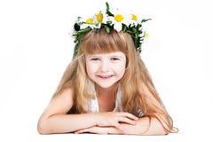 Bambina sveglia che porta una corona isolata su briciolo Fotografia Stock