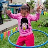 Bambina sveglia che posa con il suo hula-hoop fotografia stock