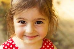 Bambina sveglia che sorride nel giorno di estate all'aperto Immagine Stock Libera da Diritti