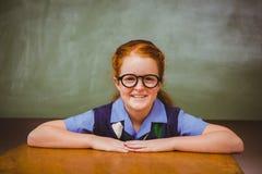 Bambina sveglia che sorride nell'aula Immagine Stock Libera da Diritti