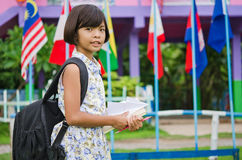 Bambina sveglia che studia alla scuola ed a sorridere Fotografia Stock Libera da Diritti