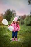 Bambina sveglia con gli aerostati Immagini Stock Libere da Diritti
