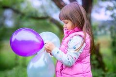 Bambina sveglia con gli aerostati Fotografie Stock Libere da Diritti
