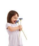 Bambina sveglia con i fiori della sorgente fotografia stock libera da diritti