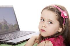 Bambina sveglia con il computer portatile Immagini Stock