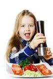 Bambina sveglia con il contenitore di pepe e di insalata Fotografia Stock Libera da Diritti