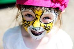 Bambina sveglia con il fronte verniciato Fotografia Stock