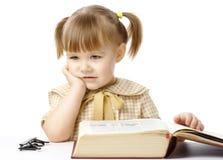Bambina sveglia con il libro, di nuovo al banco Fotografia Stock