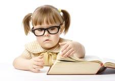 Bambina sveglia con il libro, di nuovo al banco Immagine Stock