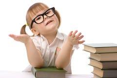 Bambina sveglia con il libro, di nuovo al banco Immagini Stock Libere da Diritti
