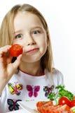 Bambina sveglia con il piatto degli ortaggi freschi Fotografie Stock