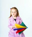 Bambina sveglia con l'ombrello variopinto Immagine Stock