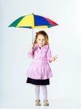 Bambina sveglia con l'ombrello variopinto Fotografie Stock