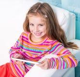 Bambina sveglia con la compressa Fotografie Stock Libere da Diritti
