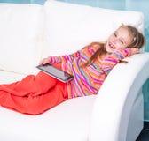 Bambina sveglia con la compressa Immagini Stock