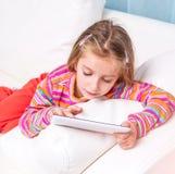 Bambina sveglia con la compressa Immagini Stock Libere da Diritti