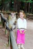 Bambina sveglia con la scimmia Fotografie Stock Libere da Diritti