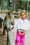 Bambina sveglia con la scimmia Fotografia Stock