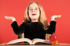 Bambina sveglia con le mani in su fotografia stock libera da diritti