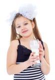 Bambina sveglia con un bicchiere di latte Fotografia Stock Libera da Diritti