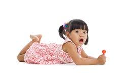 Bambina sveglia con un lollipop immagine stock