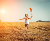 Bambina sveglia con un mulino a vento Fotografia Stock