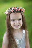 Bambina sveglia con una corona sulla sua testa Fotografie Stock