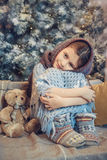 Bambina sveglia coperta nel Natale aspettante della sciarpa calda Immagine Stock