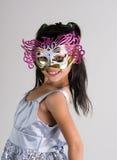 Bambina sveglia e allegra nella maschera Immagini Stock