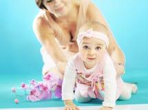 Bambina sveglia e la sua madre Fotografia Stock