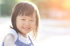 Bambina sveglia felice fotografia stock libera da diritti