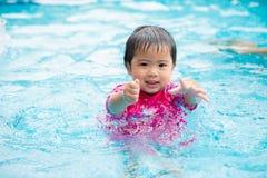 Bambina sveglia felice nella piscina immagini stock