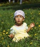 Bambina sveglia nel campo da giuoco Immagine Stock