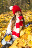 Bambina sveglia nel parco di autunno Fotografie Stock Libere da Diritti