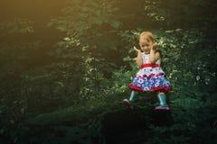 Bambina sveglia nella foresta da solo Bella luce di fiaba Fotografia Stock Libera da Diritti