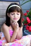 Bambina sveglia nella preghiera Fotografia Stock