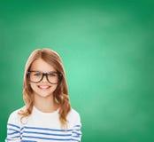 Bambina sveglia sorridente con gli occhiali neri Fotografie Stock Libere da Diritti