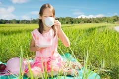 Bambina sveglia sul picnic Immagine Stock Libera da Diritti