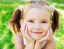 Bambina sveglia sul prato Fotografia Stock