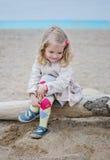 Bambina sveglia sulla costa Fotografia Stock