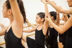 Bambina sveglia in una classe di balletto fotografia stock