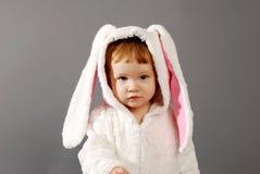 Bambina sveglia vestita nel vestito del coniglietto di pasqua Fotografia Stock