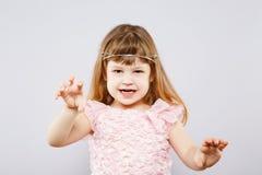 Bambina sveglia in vestito allo studio Fotografie Stock Libere da Diritti