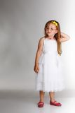 Bambina sveglia in vetri bianchi del vestito Fotografie Stock
