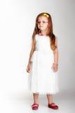 Bambina sveglia in vetri bianchi del vestito Immagine Stock