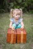 Bambina in trecce che di sollevamento i canestri Fotografia Stock