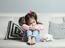 Bambina triste o arrabbiata, vittima, tenente cane di piccola taglia Fotografia Stock Libera da Diritti
