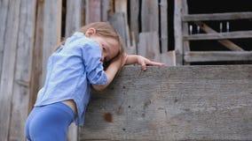 Bambina triste pensierosa in vestiti alla moda stock footage